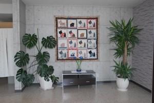 事務所内 入口正面に大きなキルトが飾ってあります。