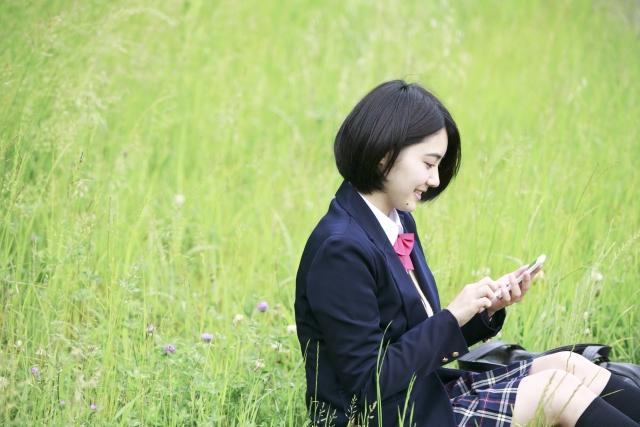 女子高生の割れたiPhone画面を修復させる方法