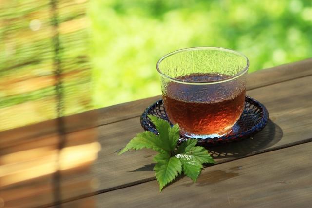 なぜメガネ屋で出される冷茶は麦茶なのか