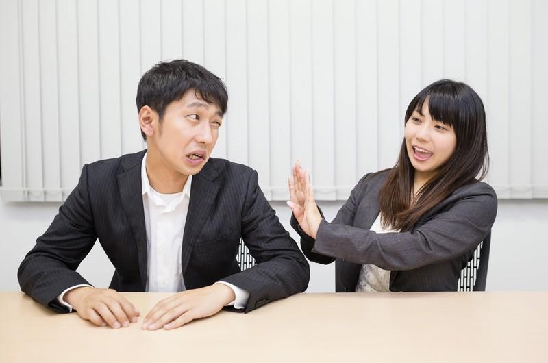 無意識下に相手を遠ざけて話しかけられるのを防ぐ,小さなクセ