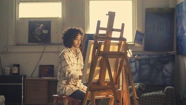 なぜアーティストは攻撃の標的にされ危険に晒されるのか